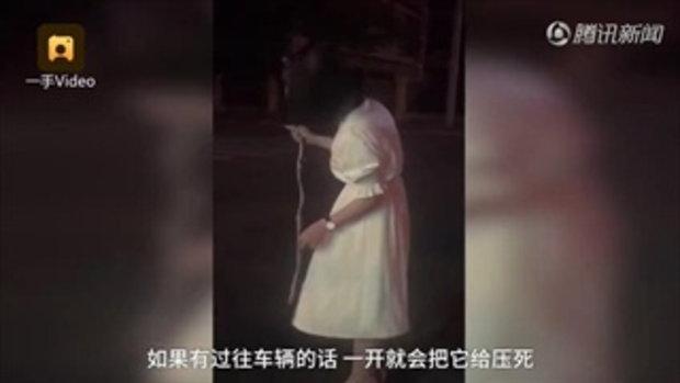 สาวจีนถูกงูกัด ใจนิ่งคว้าคออสรพิษพันมือไปหาหมอ ยืนกรอกเอกสารอย่างสงบ