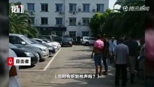 ชายหนีคดีฆ่าคน ซิ่งรถพุ่งชนโรงพัก แทงตำรวจดับ 2 นาย