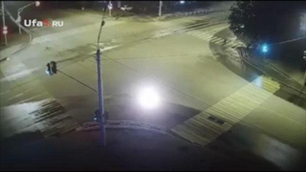 หนุ่มรัสเซียเมาแล้วขับ ซิ่งเก๋งชนคนข้ามทางม้าลาย ร่างฉีกติดคารถ