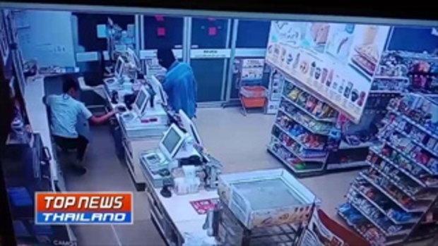 คืนเดียว 2 ร้าน!! คนร้ายใส่โม่งควงปืนปล้นร้านสะดวกซื้อได้เงินไปกว่า 2 หมื่นบาท หนีลอยนวล