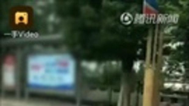 ซวยแล้ว! ชายจีนถ่ายคลิปแว้นซ้อน 8 สุดท้ายเจอตำรวจเรียก-ยึดรถ