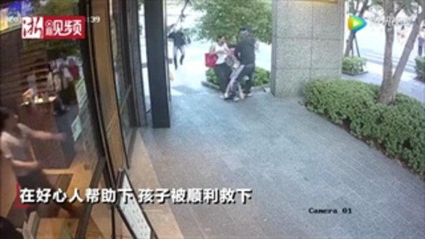 น่ากลัว ชายพยายามลักพาตัวเด็กเดินผ่าน แม่ร้องลั่นดึงแขนลูกสุดแรง