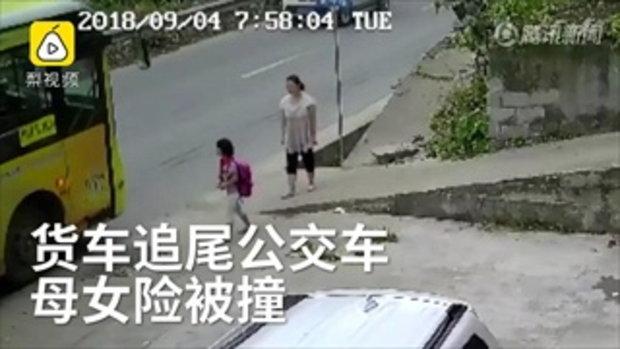 ระทึก สองแม่ลูกวิ่งหลบ รถบรรทุกพุ่งชนท้ายรถเมล์ กำลังจอดรับ