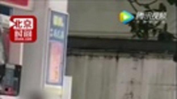 ชายสุดเพี้ยน ใส่กางเกงในเต้นขวางรถในปั๊มน้ำมัน ถูกจับอ้างจำไม่ได้-โดนผีสิง