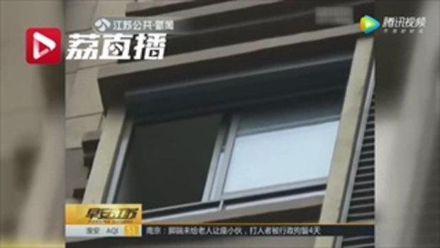สุดสลด พ่อแม่มัวเล่นมือถือ ลูกน้อย 2 ขวบ พลัดตกหน้าต่างชั้น 11 ดับ
