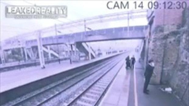นาทีสุดระทึก สาวสวมวิญญาณฮีโร่ พุ่งคว้าตัวชายคิดกระโดดให้รถไฟชนฆ่าตัวตาย