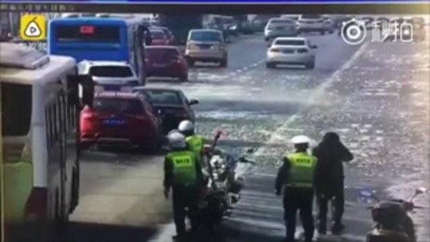 ระทึก! นาทีหอกน้ำแข็งพุ่งใส่รถบนสะพาน ทำกระจกแตกกว่า 30 คัน