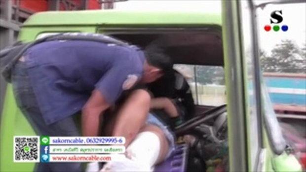 Sakorn News : ล้อรถพ่วงบิ๊กบึ้มแพ็คคู่หลุดกระเด็นกระแทกรถบรรทุกไก่เจ็บสาหัส