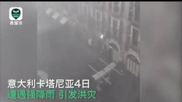 เหมือนฉากในหนังหายนะ คลิปสะพรึงฝนถล่ม-น้ำหลากเข้าเมืองที่อิตาลี