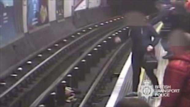 ภาพชัดมัดตัว! หนุ่มอำมหิตจงใจผลักคนตกสถานีรถไฟ อ้างว่านอนน้อย