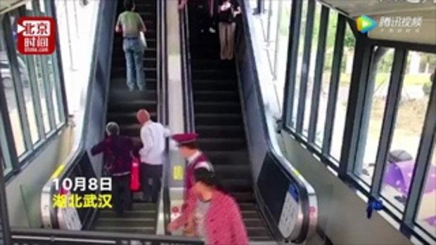 เพียง 1 วินาที หนุ่มพนักงานรถไฟจีนพุ่งช่วย 2 ตายาย เกือบล้มบนบันไดเลื่อน