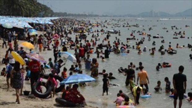 น้ำทะเลใสเป็นเหตุ คนล้นทะลักหาดบางแสน วอนวันธรรมดาก็มาเที่ยวได้