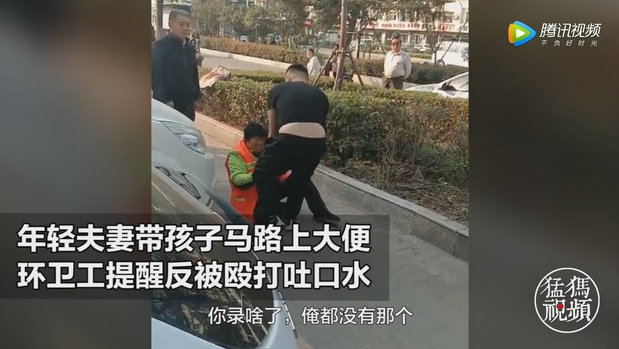 ป้าจีนหวังดีเตือนเด็กอึข้างทาง กลับถูกพ่อแม่เด็กทำร้ายจนเข้าโรงพยาบาล