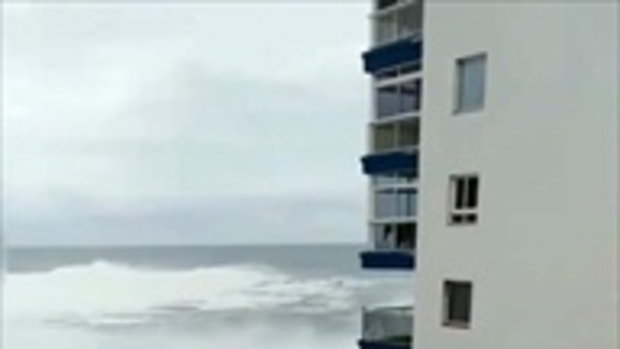 อย่าประมาทคลื่นลม นาทีสยองคลื่นยักษ์ซัดโครม ตึก 3 ชั้นแรกกระจุย