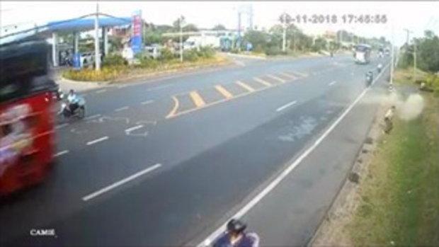 รอดหวุดหวิด! จักรยานยนต์เบียดแซงรถทัวร์ไม่พ้น เสียหลักไถลบนพื้นถนน
