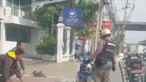 เด็ก 2 คน ไม่ใส่หมวกกันน็อค ขับมอไซค์ย้อนสอน เจอพี่ตำรวจจัดให้!