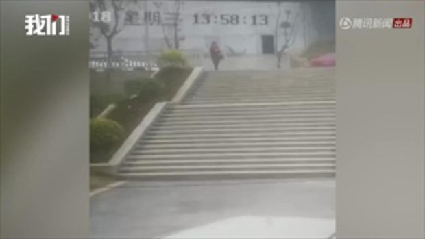 แชร์สนั่น คลิปอาจารย์จีนเล่นมือถือตกบันไดดับ ครอบครัวแก้ข่าว แค่เจ็บภายนอก