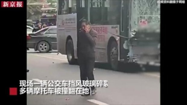 นองเลือดสยอง! หนุ่มจีนคลั่งจี้รถเมล์ชนฝูงชน-ไล่แทง 5 ศพเกลื่อนถนน