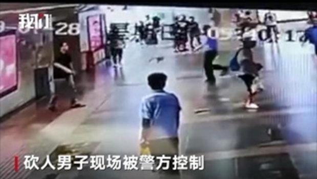 นาทีสะเทือนขวัญ ชายจีนชักมีดบุกฟัน 2 ยายหลาน ทั้งที่ไม่เคยรู้จักกัน