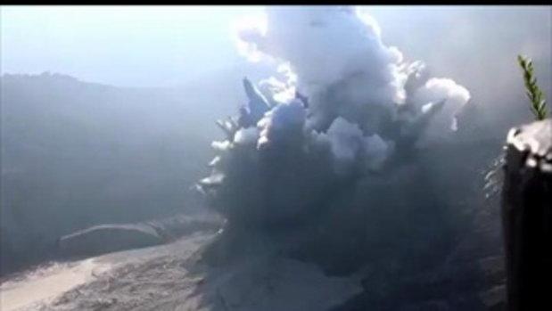 นาทีหนีตาย ภูเขาไฟอินโดฯ ปะทุขึ้นกะทันหัน นักท่องเที่ยววิ่งป่าราบ