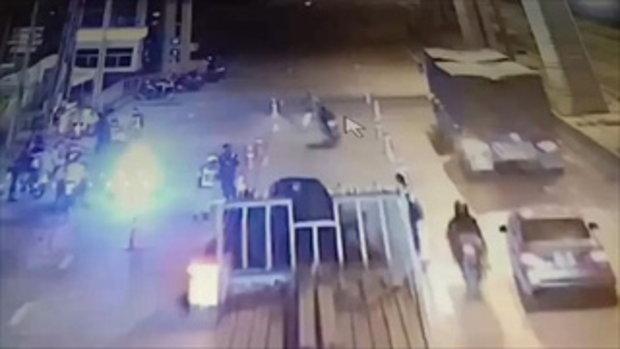 นาทีหนุ่มเมาซิ่งบิ๊กไบค์ พุ่งชนตำรวจเจ็บปางตาย หนีไม่รอดเจอ 8 ข้อหารวด