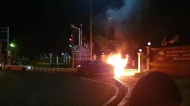 ครูมัธยมฯ ซิ่งกวาดรถจอดติดไฟแดง ไฟลุกกลางเมือง ดับ 1 เจ็บ 6