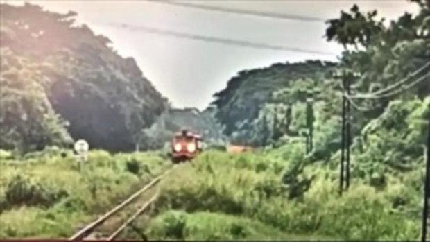 นาทีชีวิต หนุ่มเคอรี่ไม่ทันระวัง ขับกระบะข้ามทางลักผ่านตัดหน้ารถไฟ ถูกชนเสียชีวิต