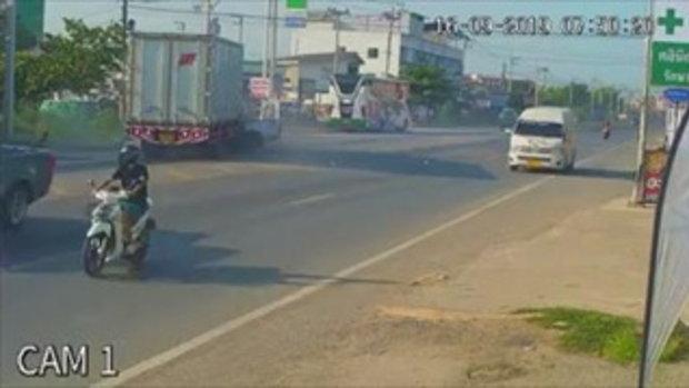 นาทีสลด! กระบะเสียหลักพุ่งชนรถบรรทุก เสียชีวิตคาซากรถ