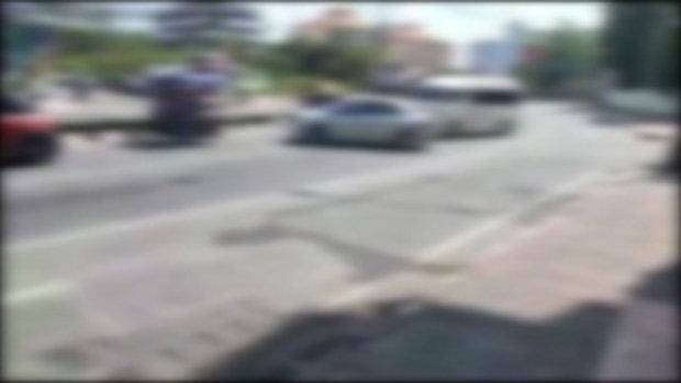 เผยคลิปเด็ดหนุ่มขับเก๋งปาดรถตู้ ก่อนจอดเคลียร์ แต่ซ่อนปืนไว้ข้างหลัง อ้างคู่กรณีขับเสียว