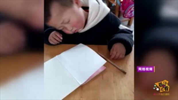 ดังทั่วโซเชียล เด็กชายจีนนั่งหลับลึกในห้องเรียน แม่ขำบอกเป็นกรรมพันธ์