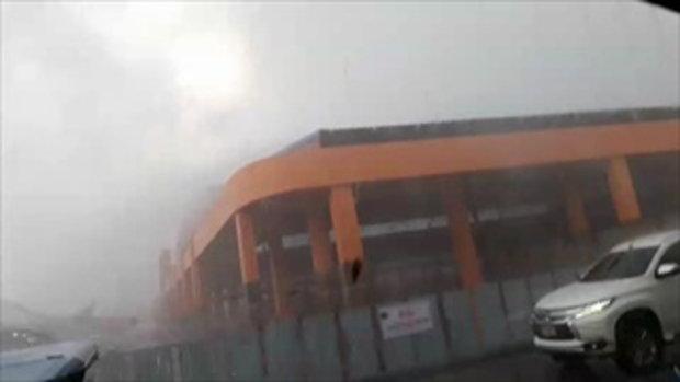 พายุฝนและลมถล่มตลาดไนท์เทศบาลเมืองบุรีรัมย์  พัดเอาเต็นท์และข้าวของปลิวว่อน