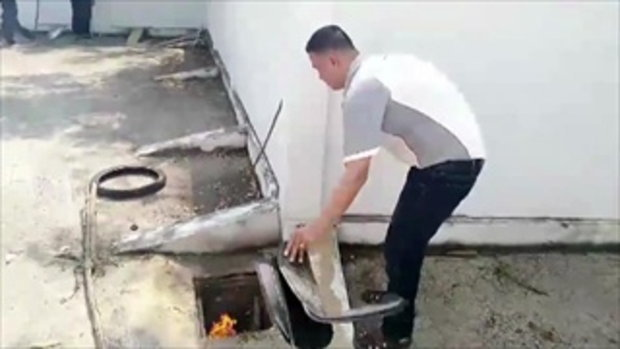 ปฏิบัติการจับงูหลามดุ 5 เมตร เลื้อยฟักไข่ในท่อ เอาไม้แหย่-รมควันสุดทุลักทุเล