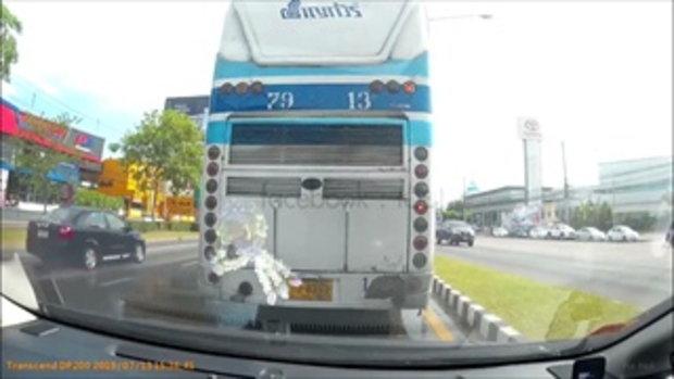 ร้องยี้ลั่นถนน! คลิปมัดตัวรถทัวร์ปล่อยน้ำกลางถนน ขนส่งสั่งปรับทันควัน
