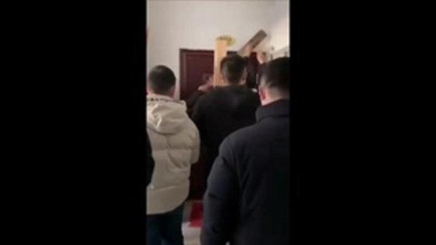 หนุ่มจีนมาจากอู่ฮั่น ที่บ้านไม่ต้อนรับ แถมตอกไม้ปิดขังไว้ในบ้าน