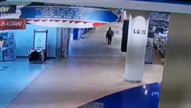 คลิปวินาทีทหารคลั่งกราดยิงโคราช เดินเข้าไปในห้างดัง