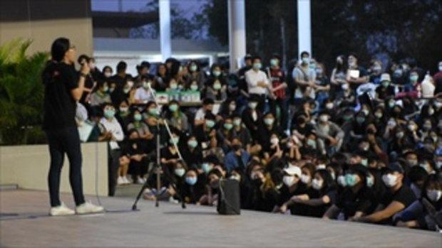 นักศึกษาแม่ฟ้าหลวงชุมนุมแน่น พร้อมชู 3 นิ้ว-เปิดไฟฉายขับไล่เผด็จการ