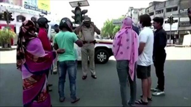 อินเดียล็อกดาวน์เข้ม ใครออกจากบ้าน โดนตำรวจเอาไม้ไล่ตี