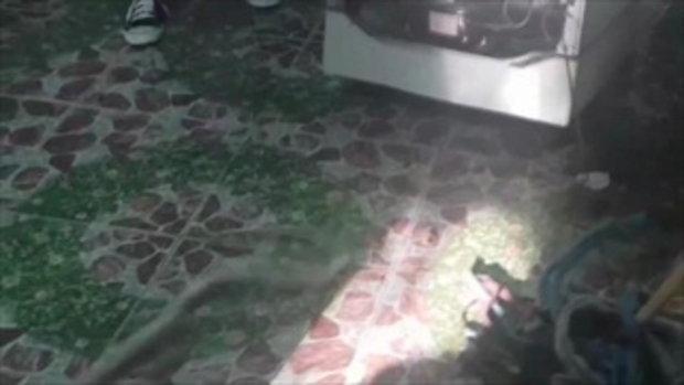 กู้ภัยรีบไปเก็บศพบ้านตรงข้าม ทิ้งให้ตำรวจจับงู