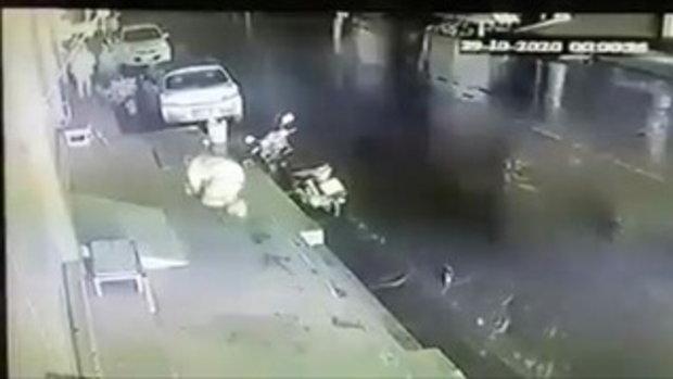 คลิปนาทีชีวิต ชาวบ้านอุ้มลูกหลานวิ่งหนีตาย รถบรรทุกน้ำมันระเบิด-ไฟลุกกลางเมือง