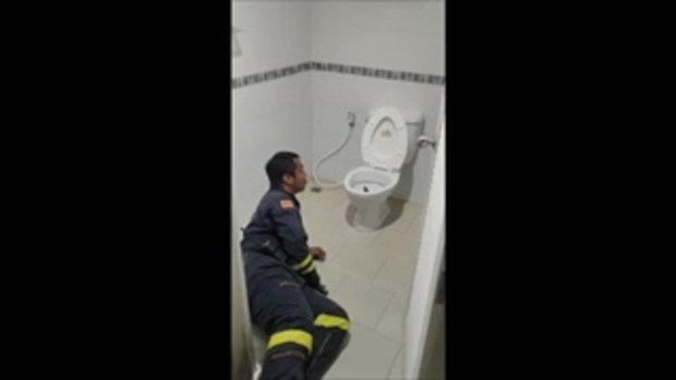 หนุ่มเจ้าของบ้านผวา กำลังนั่งปลดทุกข์ในห้องน้ำ เจองูเหลือมโผล่พุ่งชนก้น