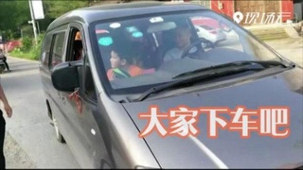 ตำรวจจีนตะลึง เรียกตรวจรถตู้ต้องสงสัยบรรทุกเกิน เจอเด็กอยู่ในรถกว่า 28 คน