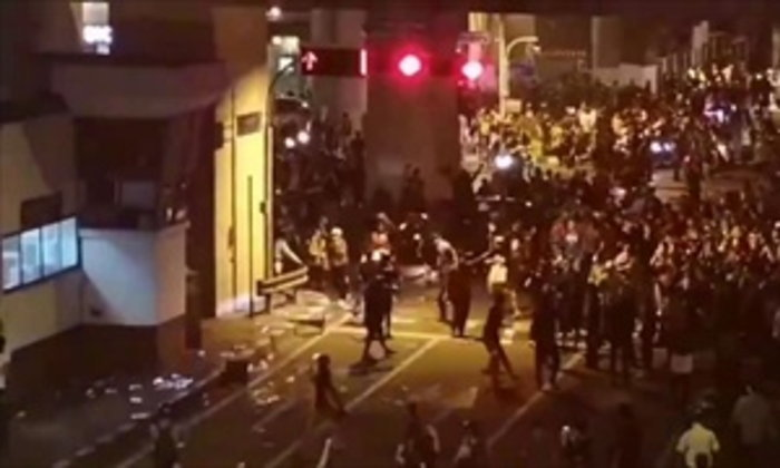 ผู้ชุมนุมทำลายป้อมตำรวจ ปาหินกระจกแตก ที่แยกบางนา ไม่พอใจไฟดับ