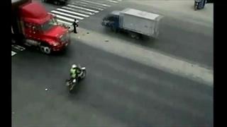 ตำรวจหญิงเปรูถูกรถบรรทุกชน รอดตายปาฏิหาริย์
