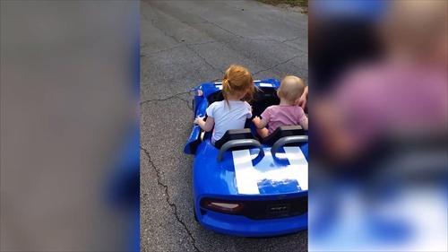 สาวน้อยสุดมันกับเพลงโปรดในรถ