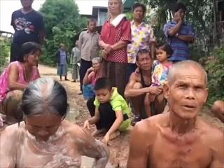สุดทน!ชาวบ้านสุรินทร์อาบน้ำกลางบ่อโคลนประชดถนนพัง