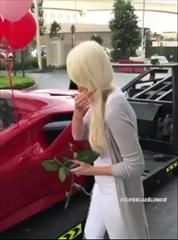 หนุ่มเซอร์ไพรส์แฟนสาววางดอกกุหลาบแดงเต็มรถ