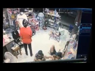 คนร้ายบุกเดี่ยวควงมีดจี้ร้านสะดวกซื้อปทุมธานี