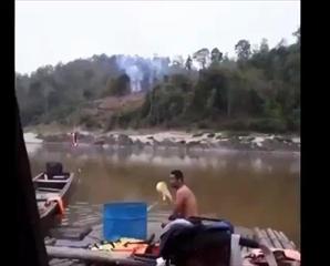 คลิปหนุ่มฝั่งไทยนั่งอาบน้ำสุดชิลล์ ขณะค่ายทหารเมียนมาเจอยิงถล่มยับ