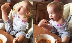หนูน้อยไร้แขนเรียนรู้ที่จะใช้เท้าหยิบช้อนตักอาหารเข้าปากตัวเอง
