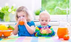 """คุณแม่โปรดทราบ """"น้ำผลไม้"""" ต้องห้ามในเด็กอายุต่ำกว่า 1 ขวบ"""